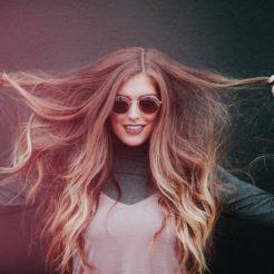 Cheveux secs et abîmés : quelles sont les causes et comment les réparer ?