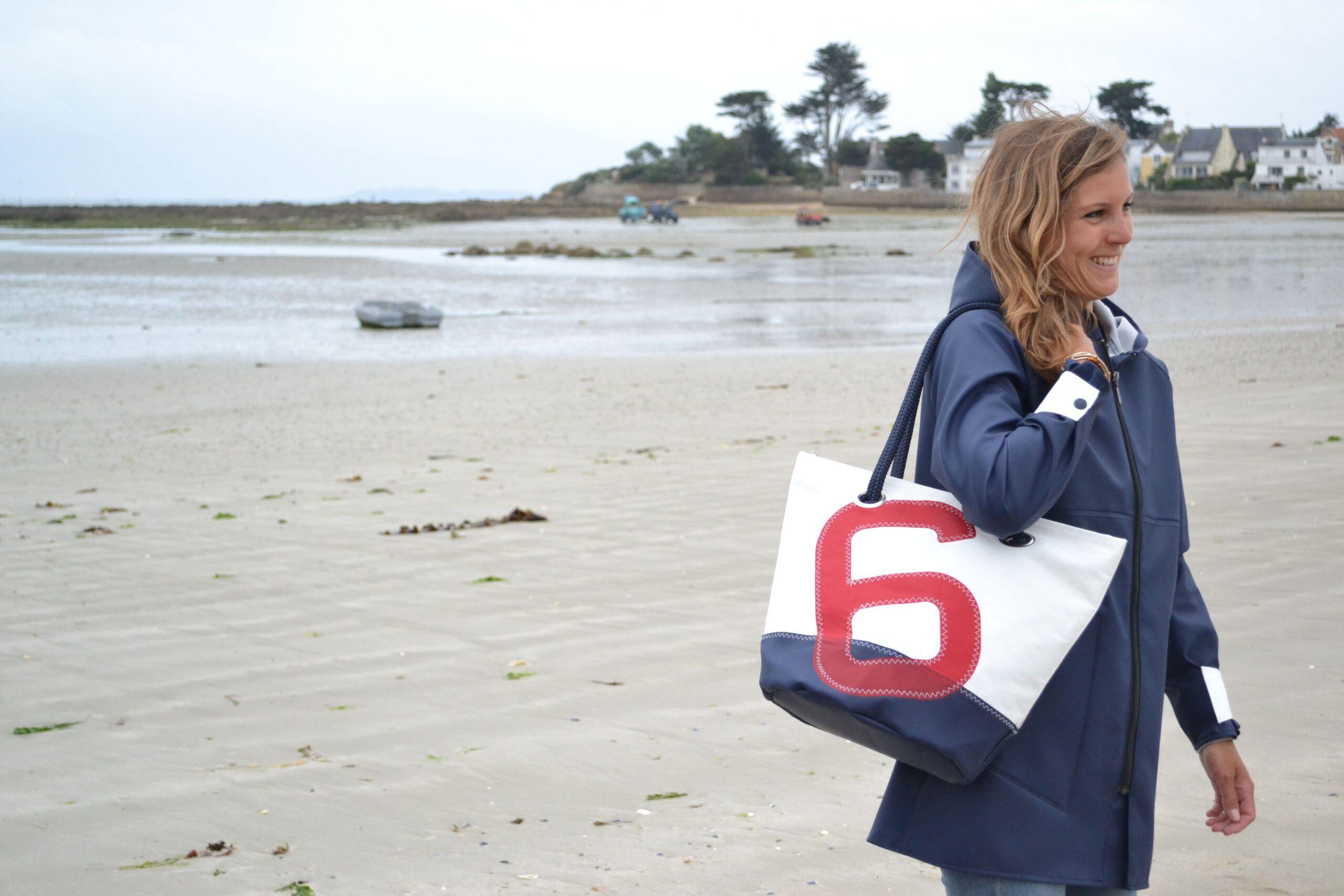 femme avec sac de plage